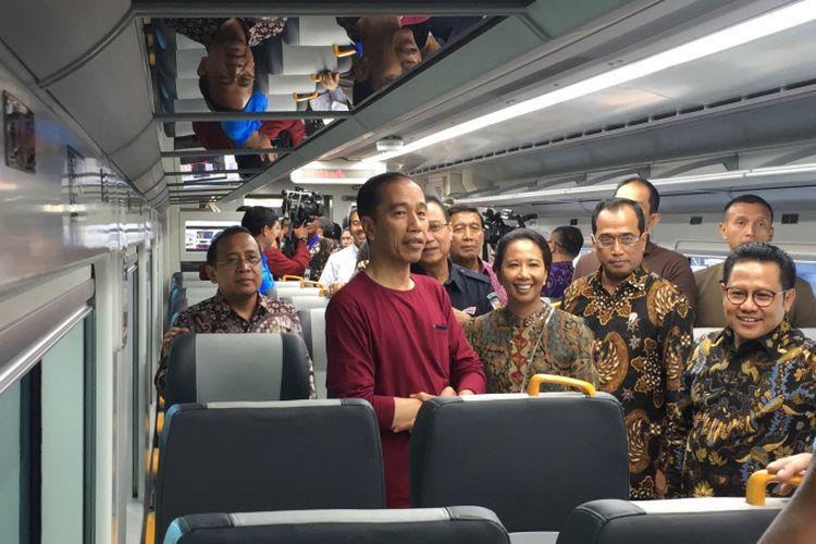 Presiden Joko Widodo bersama rombongan saat menghadiri acara peresmian layanan KA bandara di Bandara Soekarno-Hatta, Tangerang, Selasa (2/1/2018) pagi.