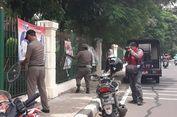 Satpol PP Copot Spanduk Kampanye yang Dipasang Langgar Aturan di Ciracas