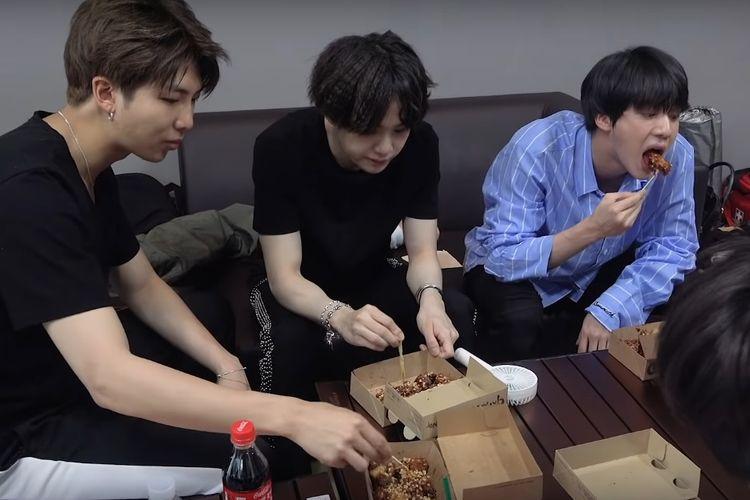 Para member BTS sedang asik menyantap ayam goreng Gamaro Gangjung.