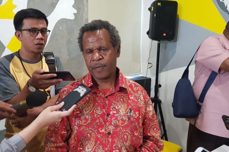 Direktur Eksekutif Yayasan Keadilan dan Keutuhan Manusia Papua Theo Hesegem saat memberi laporan soal kasus konflik di Kabupaten Nduga, Papua, Rabu (14/8/2019).