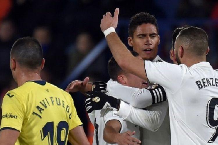 Raphael Varane merayakan gol bersama rekan-rekannya pada pertandingan Villarreal vs Real Madrid dalam lanjutan La Liga Spanyol di La Ceramica, 3 Januari 2019.