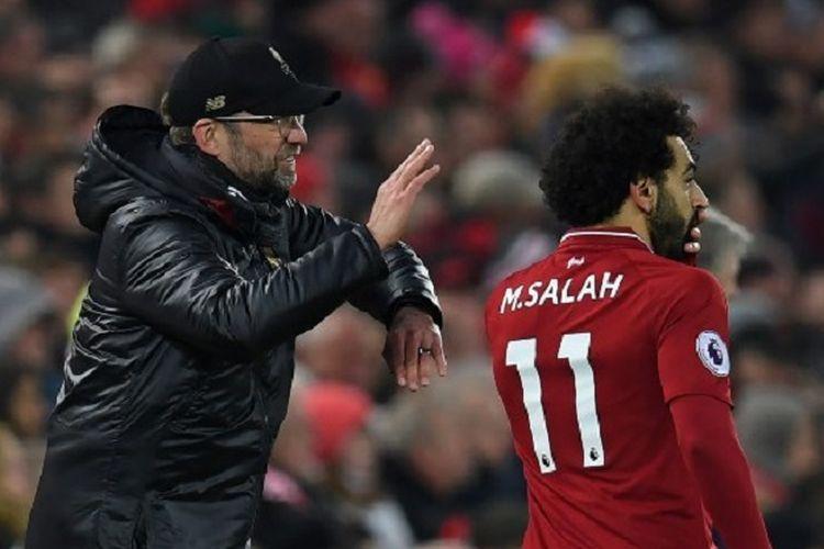 Juergen Klopp memberi instruksi kepada Mohamed Salah pada pertandingan Liverpool vs Crystal Palace di Stadion Anfield dalam lanjutan Liga Inggris, 19 Januari 2019.