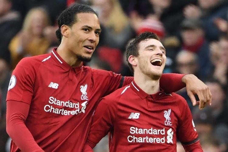 Virgil van Dijk dan Andrew Robertson merayakan kemenangan timnya pada laga Liverpool vs Chelsea dalam lanjutan Liga Inggris di Stadion Anfield, 14 April 2019.