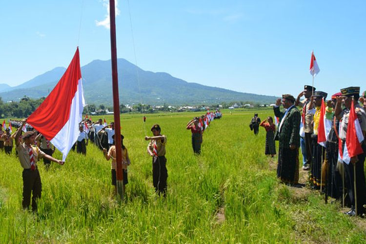Komunitas Pencinta Ruteng menggelar kegiatan pengibaran 1.000 bendera Merah Putih pada hari Sumpah Pemuda, Sabtu (28/10/2017) untuk mempromosikan keunikan persawahan Lingko Lodok Meler di Kecamatan Ruteng, Kabupaten Manggarai, Flores, Nusa Tenggara Timur.