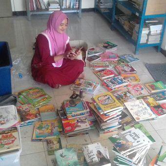Relawan Komunitas 1001buku tengah melakukan proses penyortiran dan packing buku-buku donasi untuk kemudian didistribusi ke ratusan taman baca di Indonesia