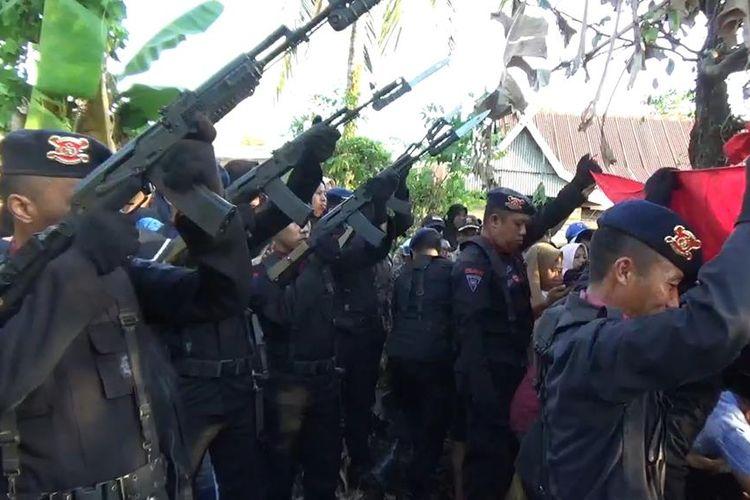 Tembakan salvo saat upacara pemakaman Brigpol Anumerta Hedar di Barru, Sulsel, Selasa (13/8/2019).