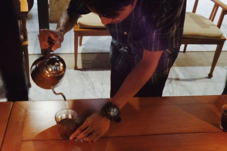 Seorang barista tengah menyeduh Kopi Semende di acara ngopi sore di The Dharmawangsa Hotel, Jakarta Selatan, pekan lalu.