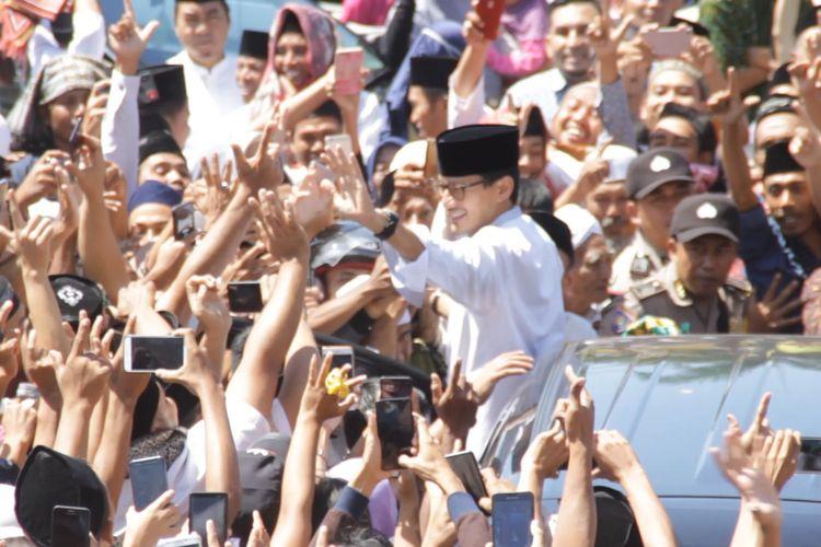 Calon wakil presiden nomor urut 02 Sandiaga Uno ketika berkunjung ke Lombok Barat, NTB. Sandi disambut massa pendukung dan simpatisannya.