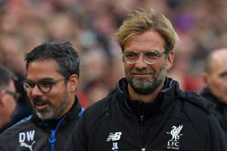 David Wagner dan Juergen Klopp memasuki lapangan Stadion Anfield jelang laga Liverpool vs Huddersfield Town, 28 Oktober 2017.