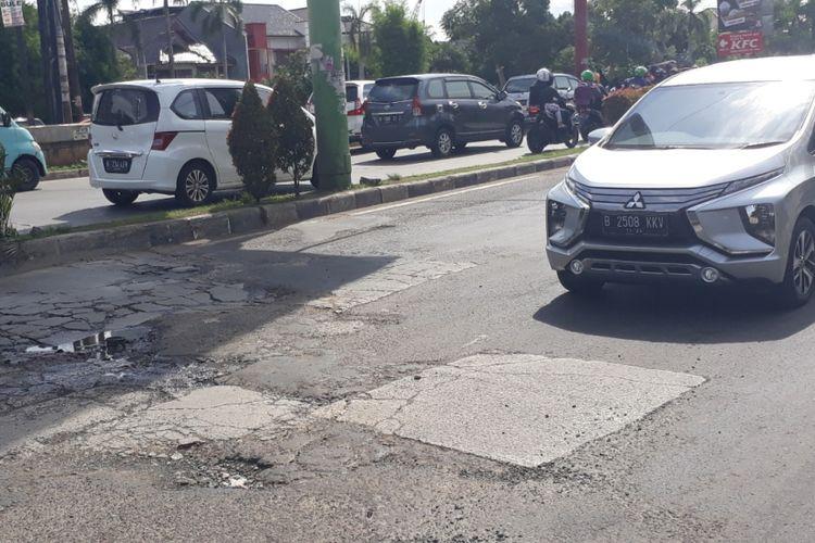Tampak Jalan KH Noer Ali, Kota Bekasi masih ada yang rusak, perbaikan pun akan dilakukan bertahap, Jumat (28/12/2018).