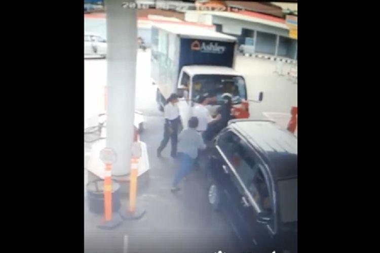 Video rekaman CCTV yang berisi aksi anggota TNI menendang seorang perempuan petugas SPBU di Tanjung Morawa, Kabupaten Deli Serdang, Sumatera Utara, beredar di media sosial.(dok. Facebook)