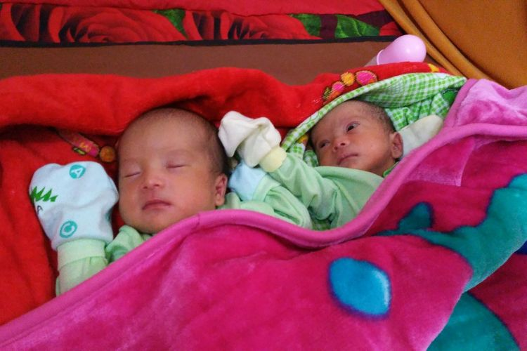 Bayi Prabowo (kiri) dan Sandiaga (kanan), anak kembar dari pasangan suami istri, Dede Wahyudin(38) dan Elis Nurlatifah (28), warga Kampung Bojongloa, RT 02 RW 02, Desa Pasirpogor, Kecamatan Sindangkerta, Kabupaten Bandung Barat, Jawa Barat.