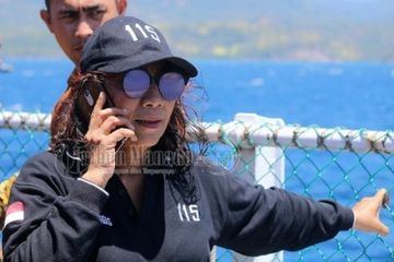 Menteri Kelautan dan Perikanan Republik Indonesia Susi Pudjiastuti saat memimpin secara simbolik penenggelaman 125 kapal pelaku illegal fishing di Perairan Kema, Minahasa Utara, Sulawesi Utara, Senin (20/8/2018).