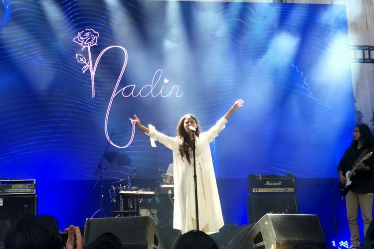 Nadin saat tampil di panggung On Off Festival di pelataran Gandaria City, Jakarta Selatan, Minggu (12/8/2018).