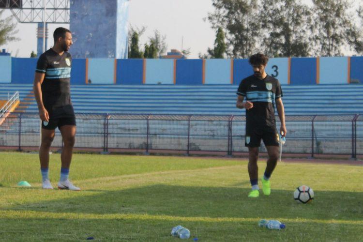 Jose Augusto Sardon (kanan) dan Jairo Rodriguez saat berlatih di Stadion Surajaya, Lamongan.