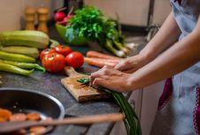 Bayam hingga Teh Herbal, Ini 8 Makanan Pereda Stres...