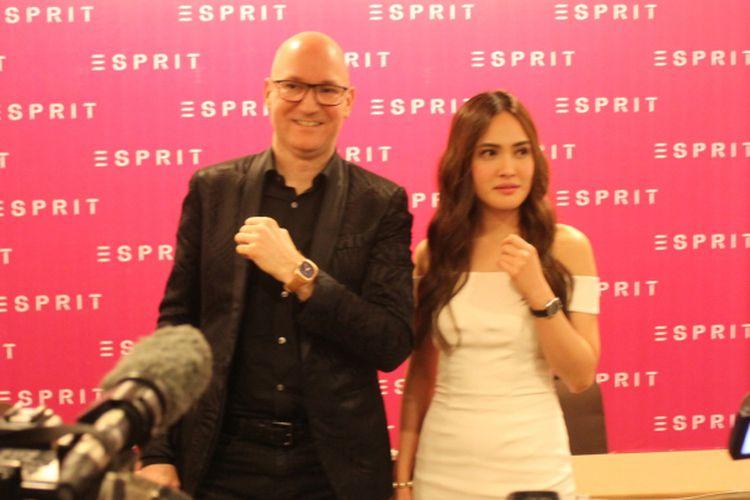 CEO Just Cavalli Esprit WatchMarco Sieber (kiri) dan Aktris Shandy Aulia saat menghadiri peluncuran Esprit Spring Summer Time & Jewels Collections di Jakarta, Kamis (1/2/2018).