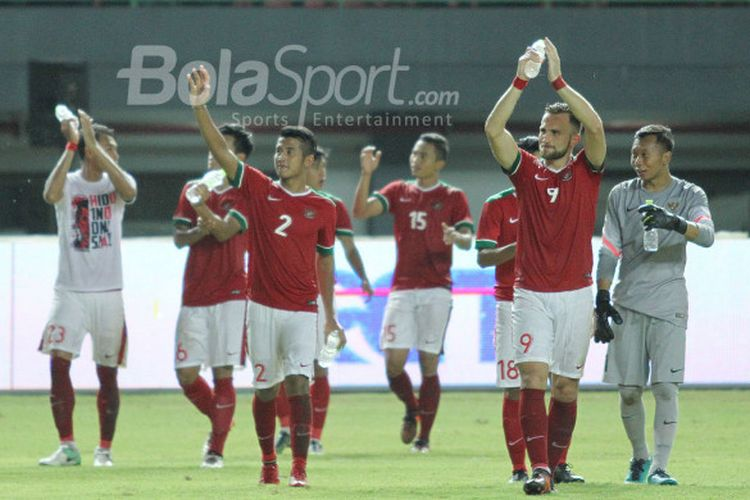 Para pemain timnas Indonesia membalas aplaus penonton seusai pertandingan versus Guyana di Stadion Patriot Candrabhaga, Sabtu (25/11/2017).