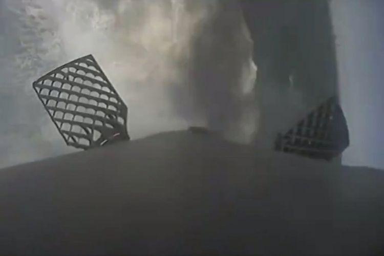 Tahap pertama roket SpaceX Falcon 9 melakukan pendaratan darurat dan jatuh di lautan pada 5 Desember 2018. Cakrawala vertikal, di kanan; (benda yang mirip wafel) adalah dua dari sirip kisi pendorong. Falcon 9 berhasil menyelesaikan misi utamanya hari itu, mengirim kapsul Dragon ke Stasiun Luar Angkasa Internasional untuk NASA. Kredit: SpaceX