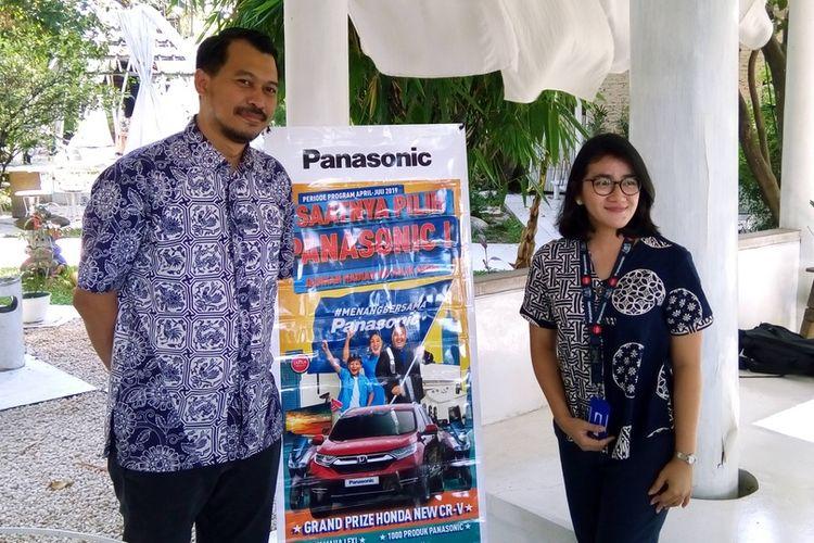Marketing Manager PT Panasonic Gobel Indonesia (PGI) Agung Ariefiandi (kiri dari arah pembaca) dan salah seorang staf (kanan dari arah pembaca) saat menjelaskan program Menang Bersama Panasonic di Jakarta pada Kamis (11/4/2019).