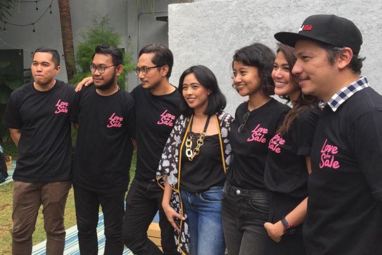 Para pemain Love for Sale saat menggelar jumpa pers terkait proses produksi film bersangkutan di Gordi HQ, Cilandak Timur, Jakarta Selatan, Selasa (29/8/2017).