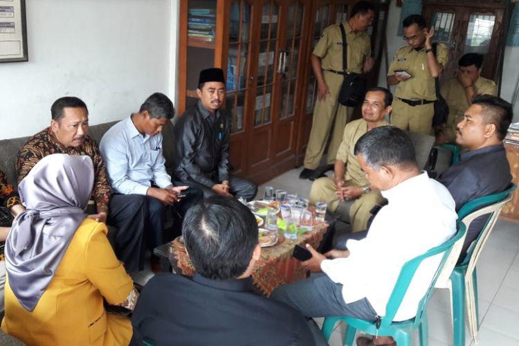 Ketua Komisi IV DPRD Gresik Khoirul Huda (peci hitam) bersama rombongan, saat berkunjung ke SMP PGRI Wringinanom, Senin (11/2/2019).