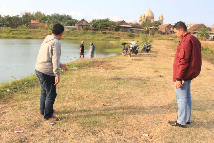 Kapolres Gresik, Jawa Timur, AKBP Wahyu Sri Bintoro (kanan), saat melihat olah TKP miras oplosan di Desa Hulaan, Kecamatan Menganti, Minggu (19/8/2018).(Dok. Polres Gresik)