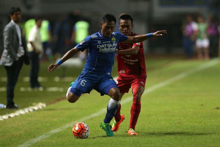 Pemain Persib Bandung Tony Sucipto (kiri) berebut bola dengan pemain PS Semen Padang Adi Nugroho pada pertandingan perebutan tempat ketiga Piala Presiden 2017 di Stadion Pakansari, Sabtu (11/3/2017). Persib keluar sebagai juara ketiga setelah menang dengan skor 1-0. KOMPAS IMAGES/KRISTIANTO PURNOMO
