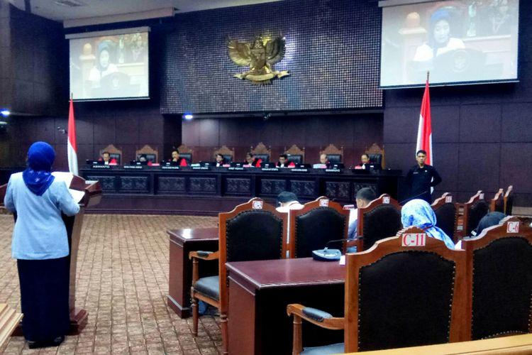Direktur Litigasi Kementerian Hukum dan HAM (Kemenkumham) Ninik Hariwanti selaku perwakilan pemerintah dalam sidang uji materi terkait hak angket terhadap KPK, menyampaikan pandangan pemerintah terkait hak angket DPR. Pandangan pemerintah disampaikan di dalam sidang uji materi yang digelar di gedung Mahkamah Konstitusi, Jakarta Pusat, Selasa (29/8/2017).