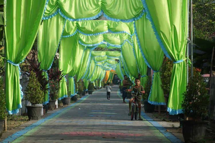 Salah satu sudut jalan lingkungan Dusun Sindon, Desa Ngedirojo, Kecamatan Pogalan, Trenggalek, Jawa Timur, yang dihias dengan menggunakan kain warna (4/6/2019)