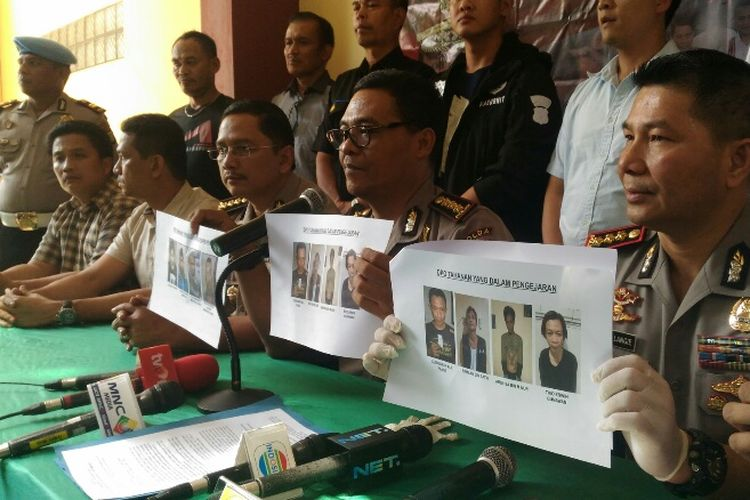 Kabid Humas Polda Metro Jaya Kombes Pol Argo Yuwono (tengah) saat merilis penangkapan tahanan yang kabur dari Rutan Polres Metro Jakarta Barat di RS Polri, Minggu (17/9/2017).
