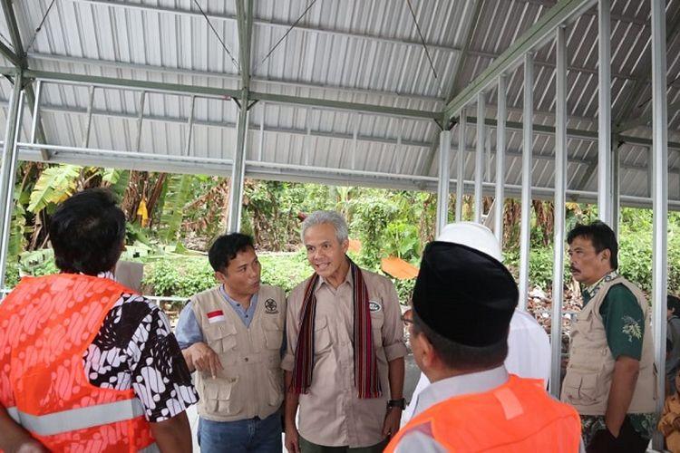 Gubernur Jawa Tengah Ganjar Pranowo saat meninjau langsung perkembangan pembangunan di SD Negeri 6 Sesait, Kayangan, Kabupaten Lombok Utara, Provinsi Nusa Tenggara Barat (NTB), Kamis (24/1/2019).