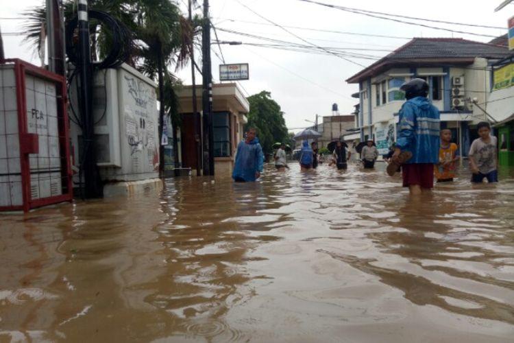 Kawasan Perumahan Maharta, Pondok Kacang Timur, Pondok Aren, Tangerang Selatan, Selasa (25/2/2020) pagi, terendam banjir. Kondisi tersebut terjadi setelah diguyur hujan dengan intensitas sedang hingga deras sejak Senin (24/2/2020) malam.