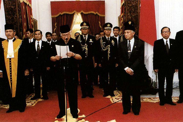 Presiden Soeharto saat mengumumkan pengunduran diri di Istana Merdeka, Jakarta, 21 Mei 1998.