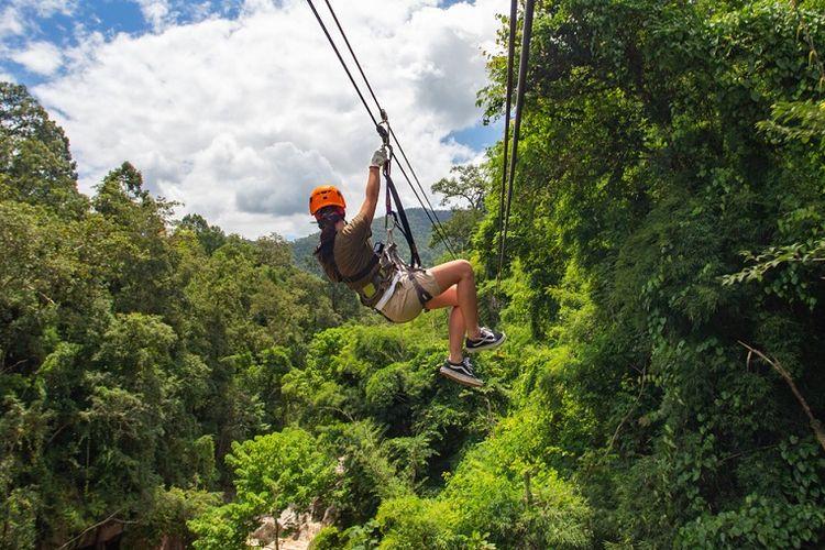Wahana seluncuran tali atau zipline di Chiang Mai, Thailand.