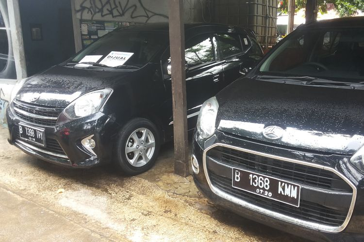 Dua unit mobil bekas, masing-masing Toyota Agya dan Daihatsu Ayla yang dijual di diler Ciliwung Motor, Kelapa Dua, Depok, Selasa (13/2/2018).
