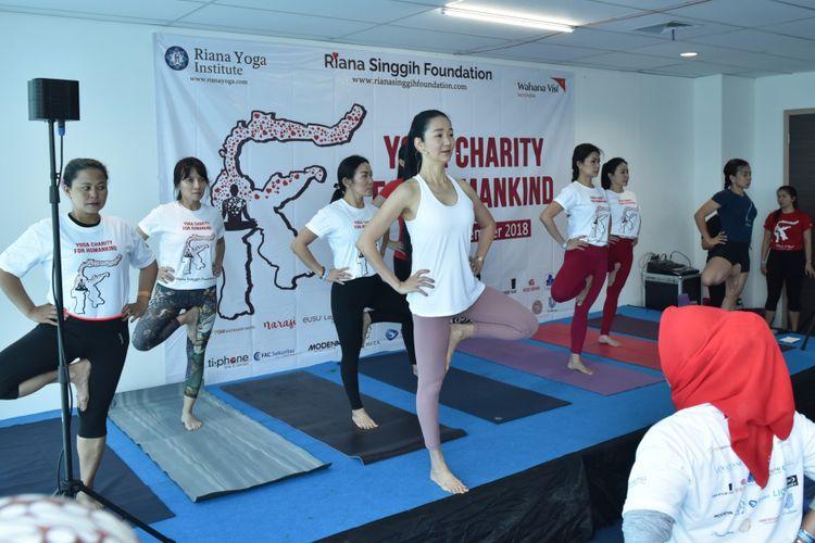 Founder Riana Yoga Institute, Riana A. Singgih pada salah satu kelas di acara Kelas Yoga untuk Kemanusiaan yang dilangsungkan di PSW Tower, Cilandak, Jakarta Selatan, 15 dan 16 Desember 2018.