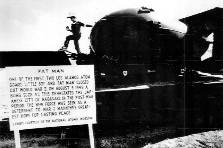 Inilah replika Fat Man, bom atom generasi pertama yang meluluh-lantakkan kota Nagasaki pada 9 Agustus 1945. Replika ini dipamerkan di stasion kereta api Trinity hari Selasa. Seorang bocah kelihatan sedang memuaskan keingintahuannya tentang benda pameran itu.