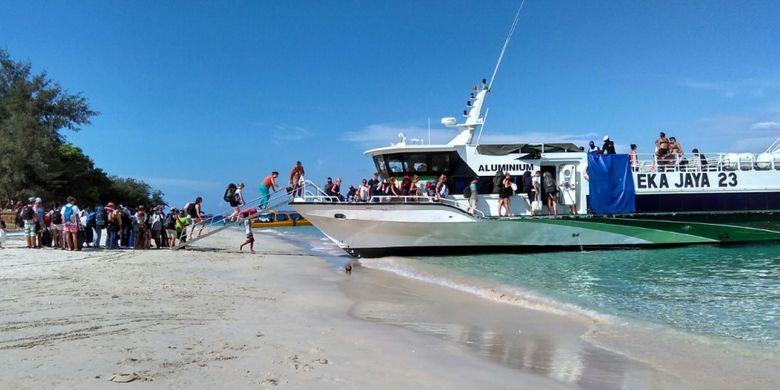 Kapal cepat menjadi sarana utama wisatawan yang datang dari Bali ke Gili Trawangan, Lombok.