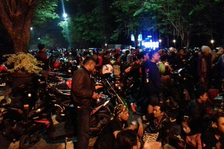 Anggota Komunitas Honda CB memadati sepanjang Jalan Panglima Sudirman, Kota Batu, Sabtu (16/9/2017)   malam. Mereka tengah menjalani kegiatan Jambore Daerah (Jamda) di Kota Batu. Kegiatan itu gagal dibuka oleh Wali Kota Batu Eddy Rumpoko karena terlebih dahulu ditangkap KPK.