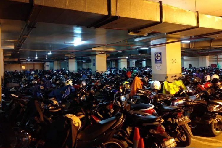 Parkiran basement Gedung DPRD DKI Jakarta yang dikeluhkan semakin penuh, Kamis (10/1/2019).