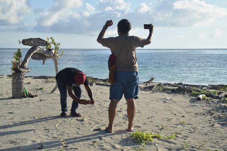 Para pengunjung mengabadikan keindahan Pantai Taduno di Desa Sombano, Kecamatan Kaledupa, Wakatobi, Sultra, melalui handphonenya. Para pengunjung menikmati suasana pantai dengan berfoto selfie, Jumat (12/4/2019).