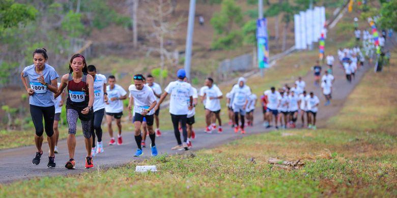 Peserta mengikuti Mekaki Marathon 2018 di Pantai Teluk Mekaki, Sekotong Barat, Kecamatan Sekotong, Lombok Barat, Nusa Tenggara Barat (NTB), Minggu (28/10/2018). Sedikitnya 1.500 peserta mengikuti lomba lari Mekaki Marathon 2018, 1.000 untuk kategori 5K dan 500 peserta untuk 10K.