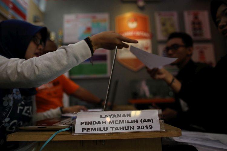 Petugas KPU Kota Jakarta Pusat melayani warga mengurus formulir pindah memilih (A5) pada Minggu (17/2/2019). Formulir diberikan kepada warga yang terdaftar di DPT Pemilu 2019 tetapi tak dapat memilih di tempat asalnya.