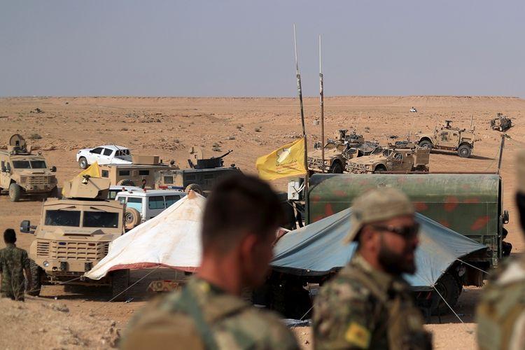 Anggota Pasukan Demokratik Suriah (SDF) berjaga di dekat pusat operasi mereka di deka desa Susah, Provinsi Deir Ezzor, untuk bersiap melancarkan serangan ke wilayah kantor terakhir ISIS di Kota Hajin.
