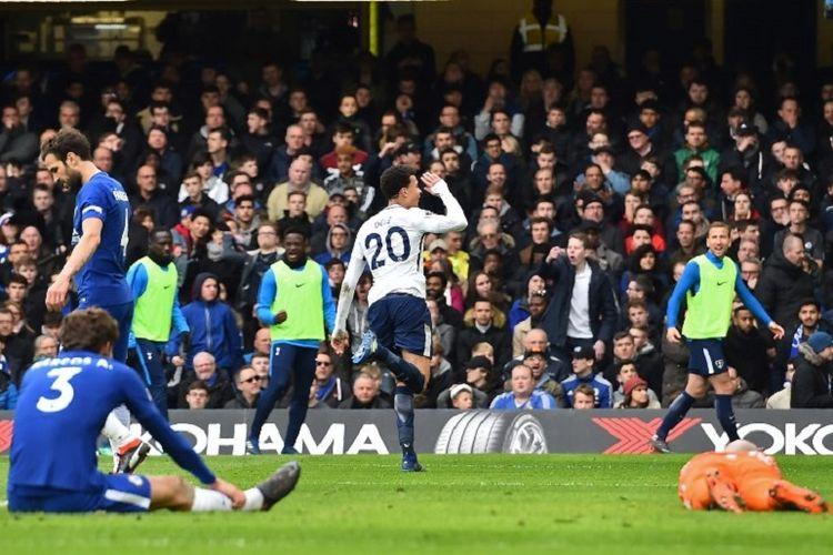 Dele Alli merayakan gol Tottenham Hotspur ke gawang Chelsea pada pertandingan pekan ke-32 Premier League di Stadion Stamford Bridge, Minggu (1/4/2018).