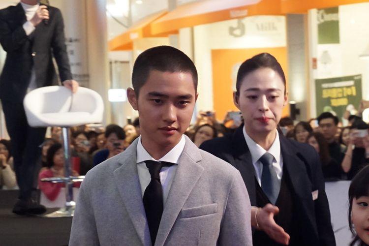 Penyanyi yang juga artis peran D.O EXO di karpet merah pemutaran perdana film Along With The Gods di Lotte World Mall, Jamsil Seoul, Korea Selatan, Senin (18/12/2017).