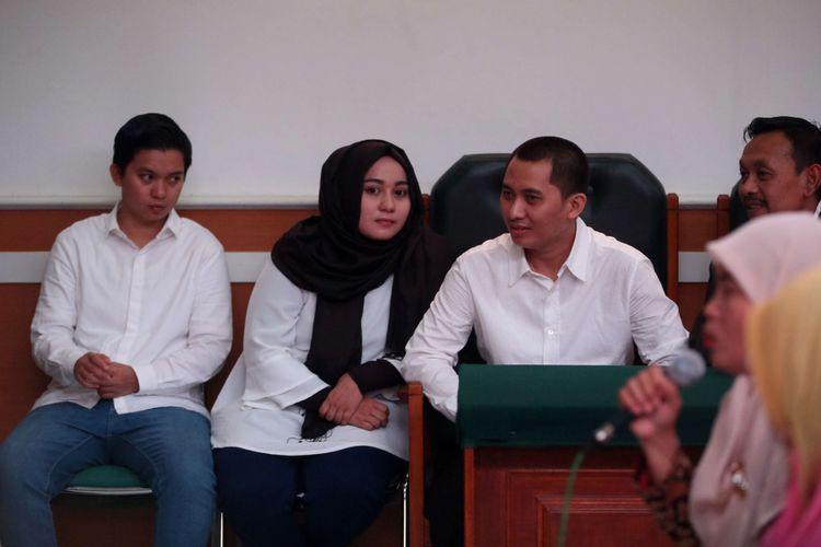 Terdakwa yaitu Direktur Keuangan First Travel Siti Nuraidah Hasibuan (kiri), Direktur First Travel Anniesa Hasibuan (kedua dari kiri), dan Direktur Utama First Travel Andika Surachman (kedua dari kanan)  menjalani sidang kasus dugaan penipuan dan penggelapan oleh agen perjalanan umrah First Travel di Pengadilan Negeri Depok, Senin (12/3/2018). Sidang kali ini dengan agenda mendengarkan keterangan saksi dari Jaksa Penuntut Umum.
