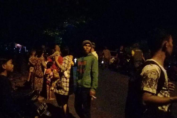 Sejumlah warga mengungsi di perbukitan di wilayah Kecamatan Palabuhanratu, Sukabumi, Jawa Barat, Jumat (2/8/2019).