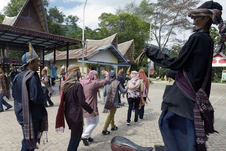 Pertunjukan Sigale-gale telah mengakar ratusan tahun di Pulau Samosir yang berada di tengah Danau Toba, Sumatera Utara.